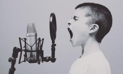 Pojke skriker i mikrofon