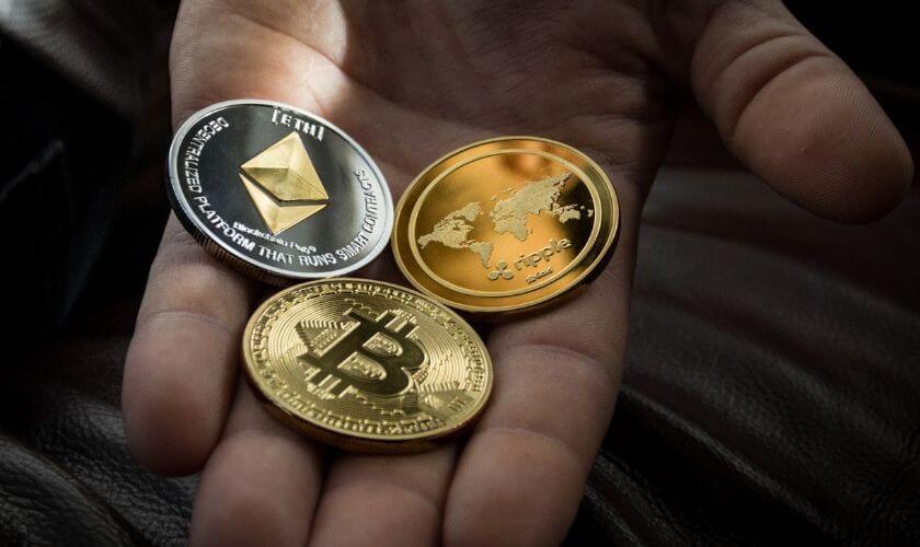 Krypto pengar i handen